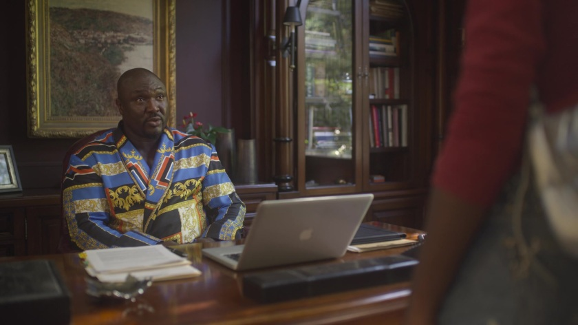 Apple-MacBook-Laptop-Used-by-Nonso-Anozie-as-Charles-in-The-Laundromat